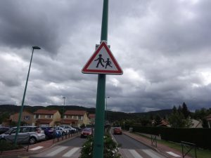 Mise en place d'un panneau clignotant Attention Enfants devant l'école des bords de Loire