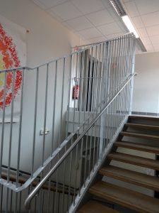 Pose de nouvelles rembardes pour l'escalier de l'école publique de Coubon